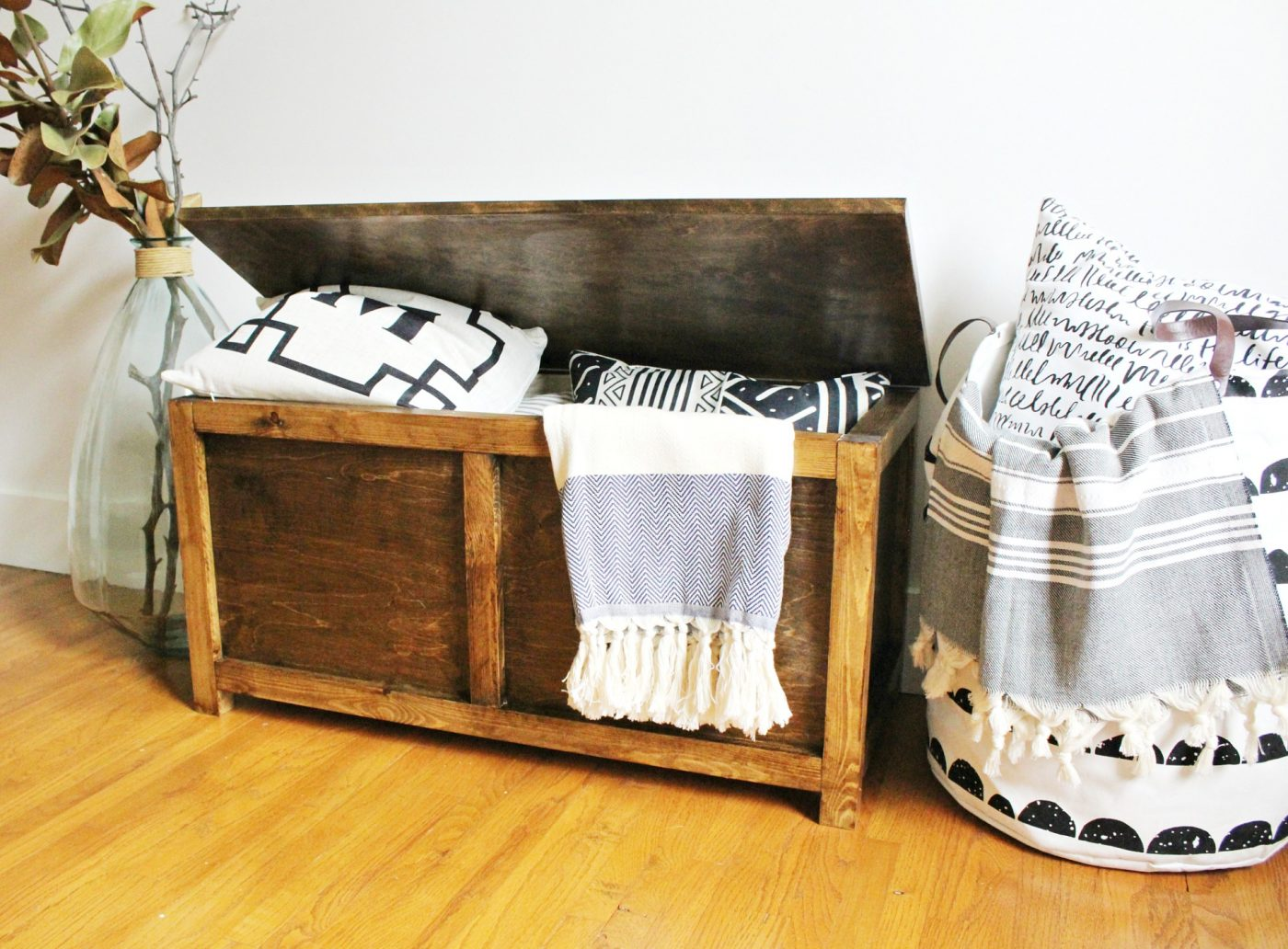 Free building plans to make your own DIY Storage chest & How to Build a Simple DIY Storage Chest