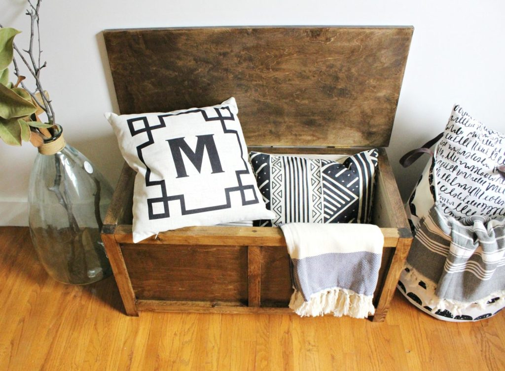 DIY Storage Trunk perfect for end of the bed storage, or entryway storage