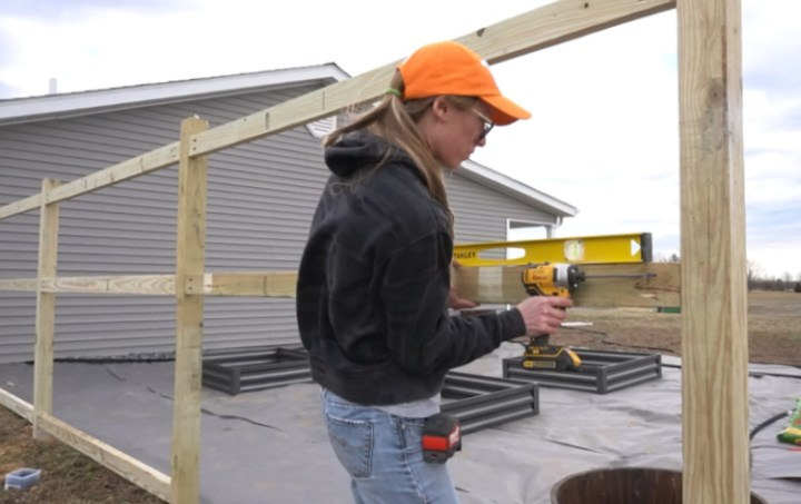 Attaching framing between fence posts using pocket holes and a level