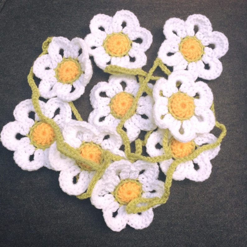 18) Beautiful Daisy chain garland 180cm