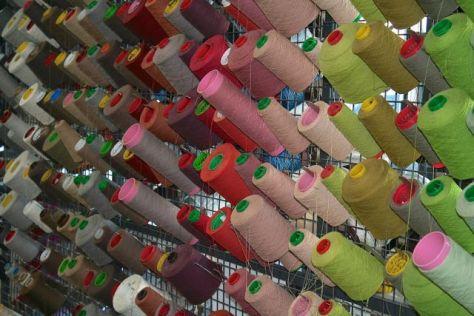 een van de vele wanden met kleuren in het atelier