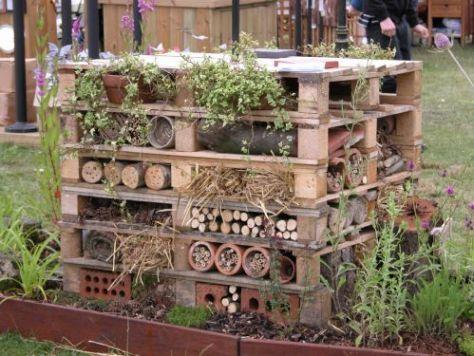 pallet toren om insecten en bijen te lokken.. via biotope city