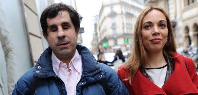 Gros plan sur les visages d'un couple se baladant dans une rue de Paris. Lui est aveugle, elle est malvoyante.
