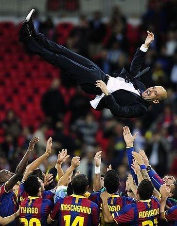 Josep Guardiola celebrando en el aire