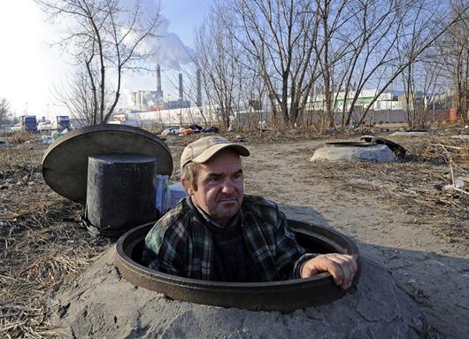 Hombre sin hogar se refugia en una construcción subterránea en Varsovia