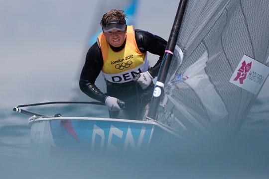 Jonas Hogh Christensen de Dinamarca, compite en la carrera de la clase Finn en bote de los Juegos Olímpicos de Londres.