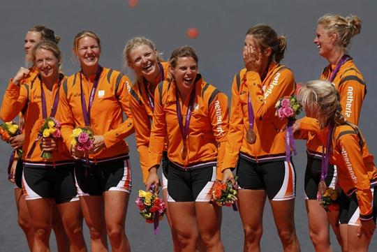 Equipo  delos Países Bajos celebra ganar la medalla de bronce por la victoria en remo femenino