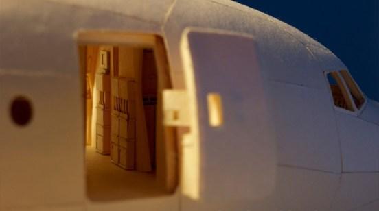 Puerta principal del avión de papel