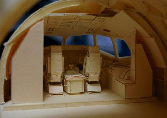 Cabina del avión de papel