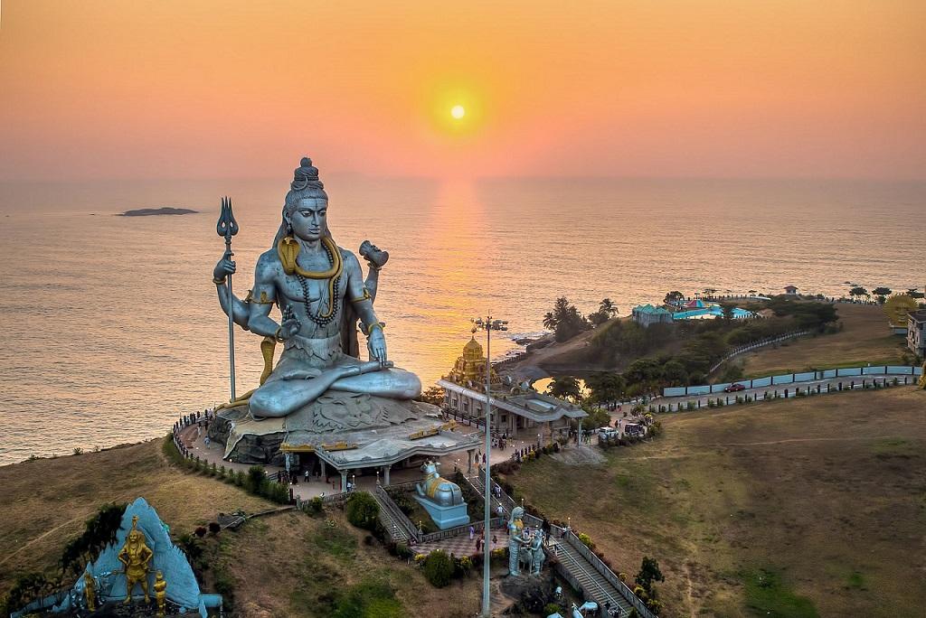 Shiva Murdeshwara The majestic Shiva statue at sunset Murdeshwara, India