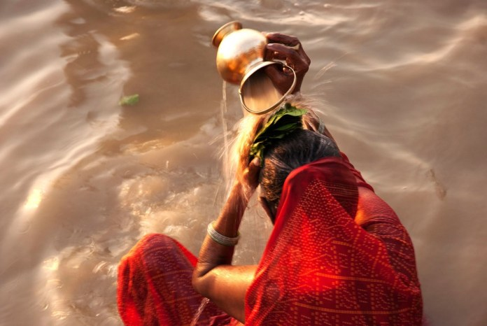 varanasi-ganges-woman-ritual-bathing-0175