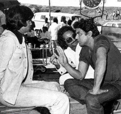 47.Ramesh Sippy haiving a chat with Amitabh Bachan and Dharmendra on the sets of Sholay.