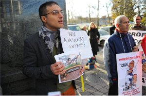 Kimyongür Bahar in Brussels on Nov. 13. His sign reads: 'No to war in Syria.'Photo: Dursun Aydemir