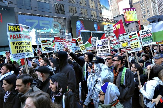 Chicago demonstration supports Palestinian resistance.WW photo: Jill White