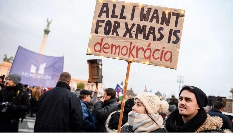 x-mas-demokracia hungury revolt against labour law amendment