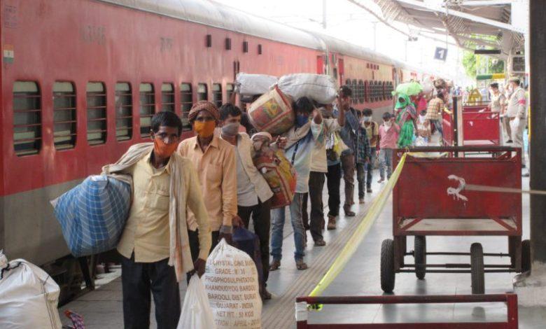 Photo of श्रमिक स्पेशल ट्रेन से भूखा प्यासा बरेली पहुंचा 1200 मजदूरों का जत्था