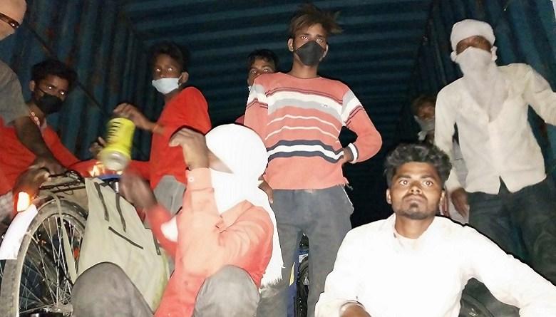 Photo of सैकड़ों किमी चल कर घर के पास पहुंचे मज़दूरों को भी ट्रक में भर कर बैरंग भेज रही योगी सरकार- ग्राउंड रिपोर्ट