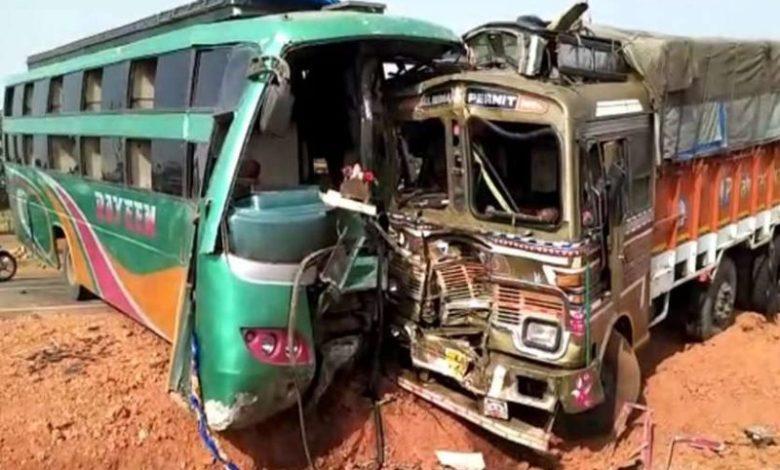 Photo of उत्तर प्रदेश और मध्य प्रदेश में हुए भीषण सड़क हादसों में 15 प्रवासी मज़दूरों की मौत
