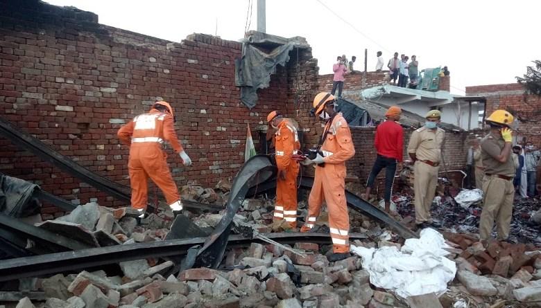Photo of ग़ाज़ियाबाद की अवैध पटाखा फैक्ट्री में भीषण विस्फ़ोट, आग में 8 मज़दूरों की दर्दनाक मौत