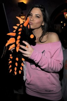 capcom-lost-planet-2-launch-party-olivia-munn-kissing