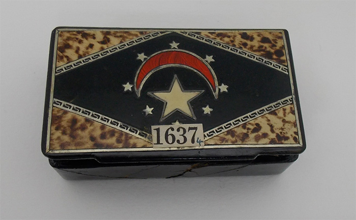 A cigar box with the Egypt's former flag on top