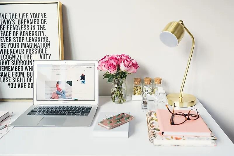 Personalize seu espaço de trabalho com objetos que o inspiram. Crédito da imagem: Arnel Hasanovic no Unsplash.com