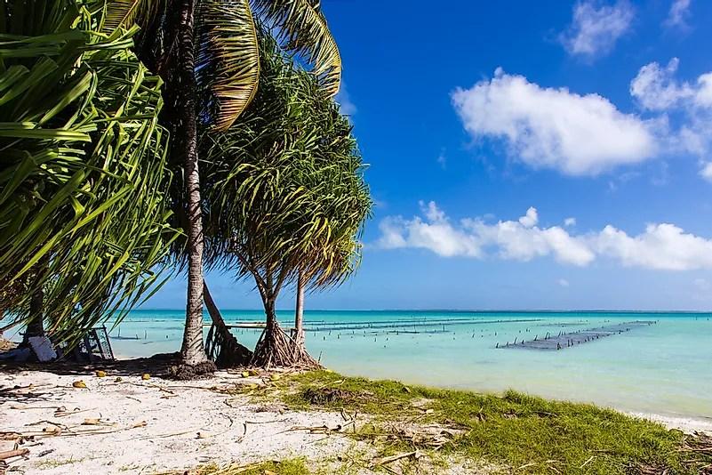 Uma praia tropical em Kiribati.  O turismo é uma indústria crescente para a nação insular.