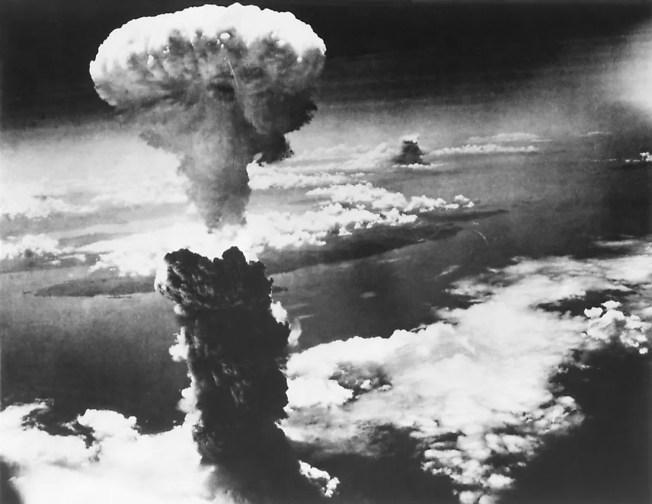 Nuvem de cogumelo sobre Nagasaki.