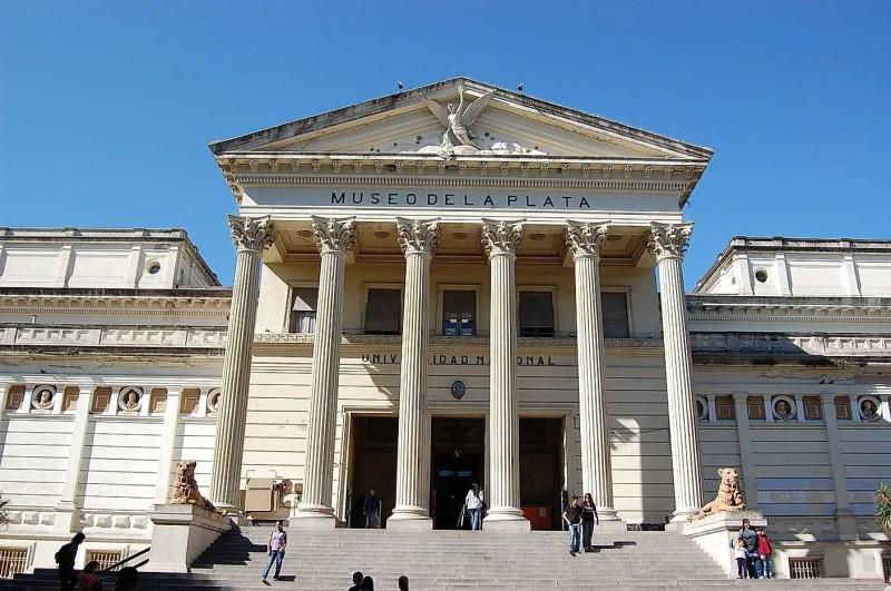 Dünyanın En İyi Doğal Tarih Müzeleri Arjantin'deki La Plata Müzesi'nin cephesi.  Resim kredisi: Leandro Kibisz (Loco085) /Wikimedia.org