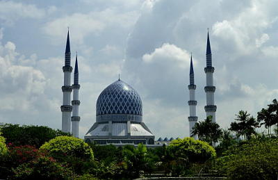 The Sultan Salahuddin Abdul Aziz Shah Mosque is a country's largest mosqueand a second largest in South-East Asia after Istiqlal Mosque in Jakarta,Indonesia. — ROUWEN LIN/The Star