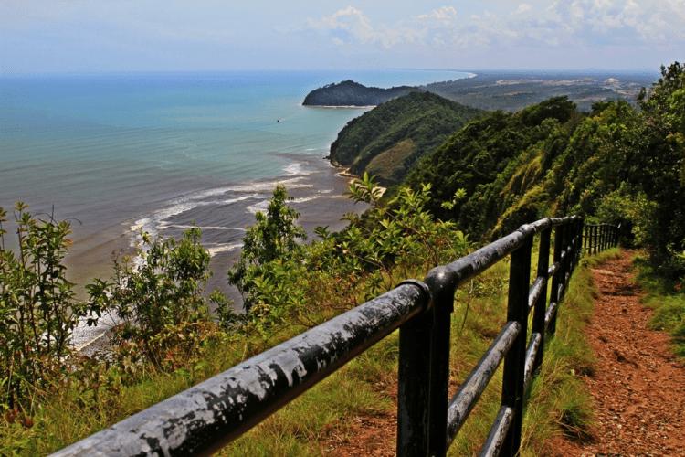 The picturesque coastline of Bukit Keluang. Image: https://anotherguywithcamera.files.wordpress.com/2011/12/the-shoreline.jpg