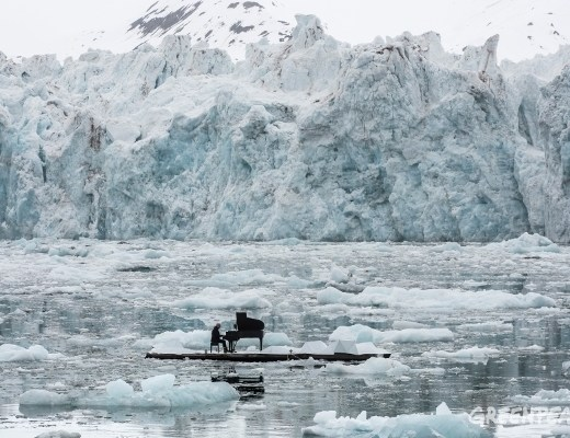 Permalink: http://photo.greenpeace.org/archive/Composer-and-Pianist-Ludovico-Einaudi-Performs-in-the-Arctic-Ocean-27MZIFJJ4JBM7.html