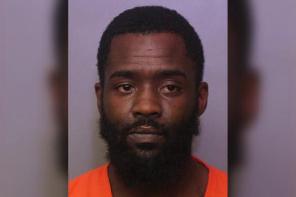 Hombre de Florida acusado de matar al hijo de su novia después de que orinó en el sofá