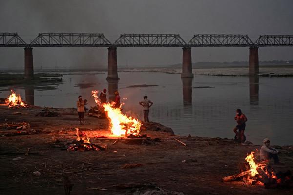 Cuerpos encontrados tirados en el río Ganges en India en medio de la crisis del COVID-19