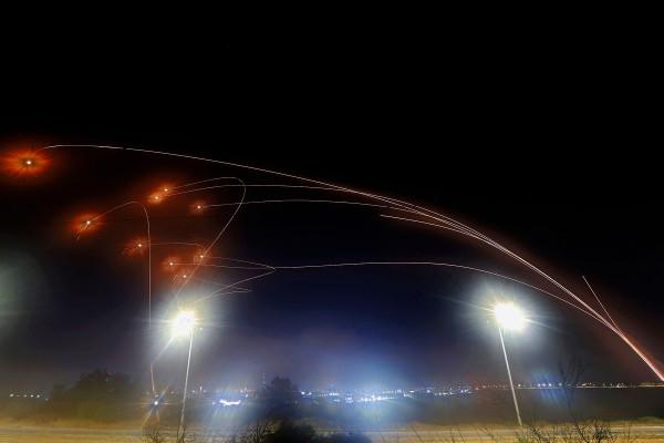 Los terroristas palestinos disparan cohetes contra Israel mientras continúan los enfrentamientos violentos