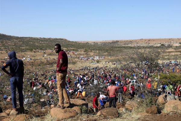 La 'fiebre del diamante' se apodera de una aldea sudafricana después del descubrimiento de piedras no identificadas