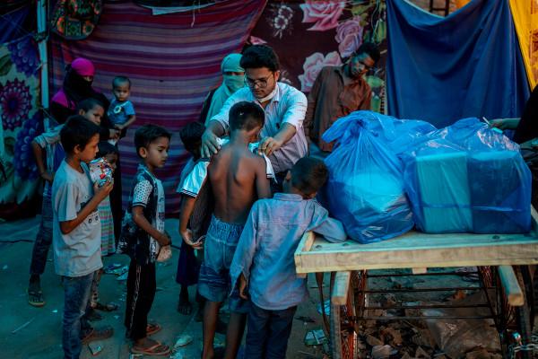 Refugiados empujados al final de la línea en medio de la escasez de vacunas