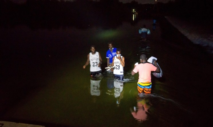 Los migrantes haitianos continúan cruzando la frontera de EE. UU.
