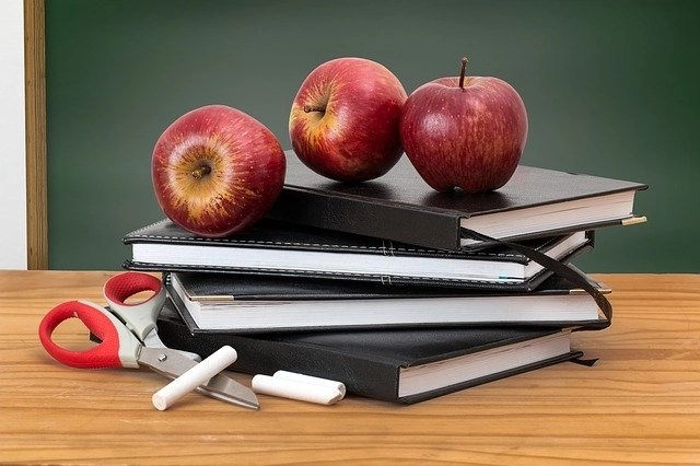3 apples atop 4 black books for teachers who want to make money while traveling