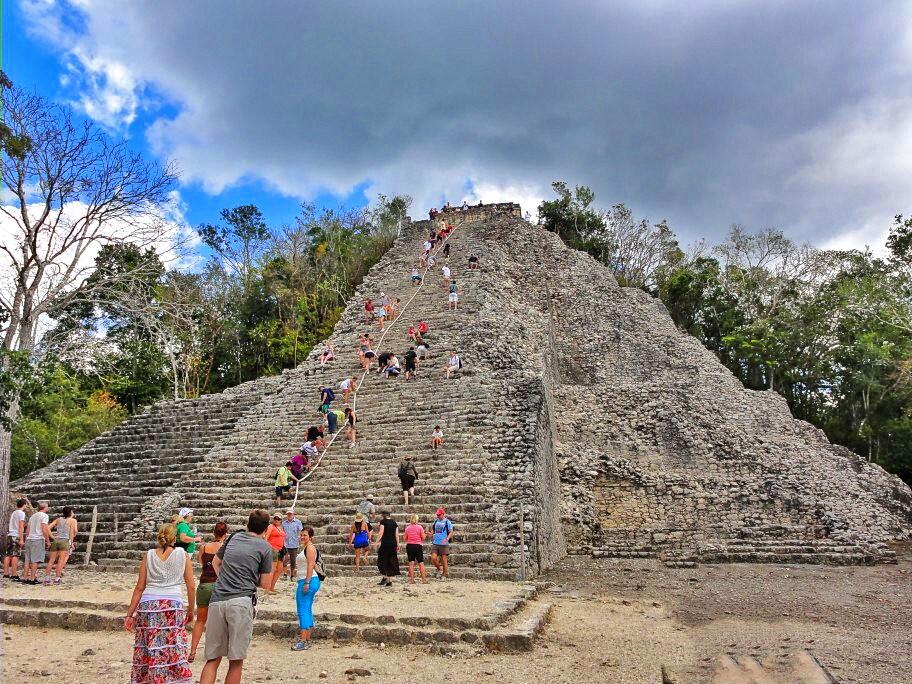 personas subiendo la pirámide en la zona arqueológica de Cobá