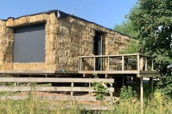 Bijzonder overnachten in Friesland: slapen in een strowagen