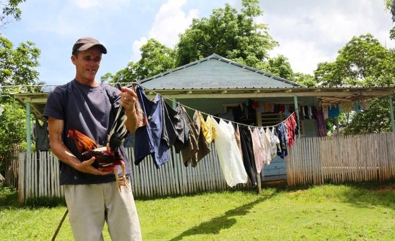 Après une longue randonnée en longeant la rivière Bayate, nous arrivons dans une exploitation de coqs. A Cuba, les combats de coqs font partie de l'une des plus vieilles traditions perpétuées par les populations rurales cubaines. © Lucie Martin/Worldzine