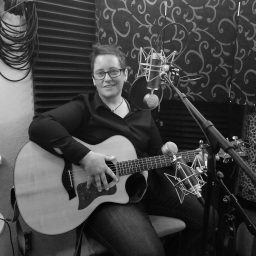 Reno singer-songwriter Jonie Blinman poses with her guitar.
