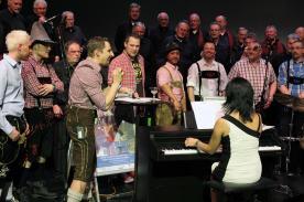 """Bei dem bayrischen Stück """"Rock mi"""" zogen die Chorpacabana-Sänger die Lederhosen an (Foto: Björn Othlinghaus)"""