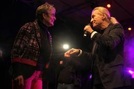 Christian Anders holt eine Verehrerin auf die Bühne. Foto: Björn Othlinghaus