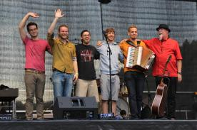 Binyo mit Band und Gast-Musikern. (Foto: Björn Othlinghaus)