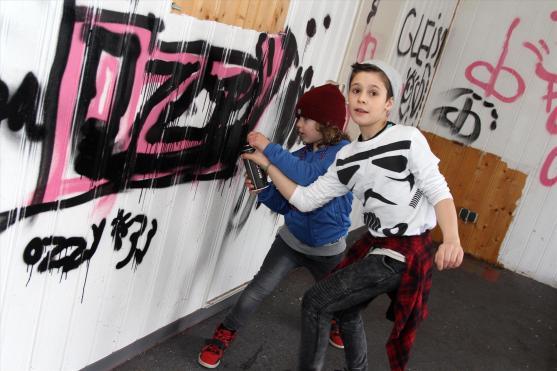 Dimi (8 Jahre) und Oskar (6 Jahre) sprühen fleißig mit. (Foto: Björn Othlinghaus)