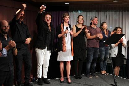 Rebecca Egeling mit Ensemble-Mitgliedern und Regisseur Bernd Schmitt. (Foto: Björn Othlinghaus)
