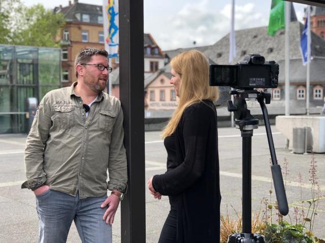 Im Gespräch mit dem Trainer der Meenzer Dynamites, Thomas Zeitz. (Foto: Malino Schust)