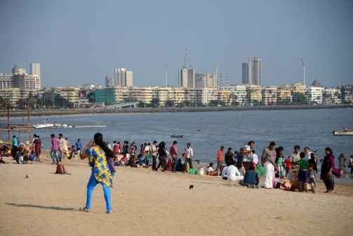 21-couples-and-families-enjoying-chowpatty-beach-with-mumbai-marine-drive